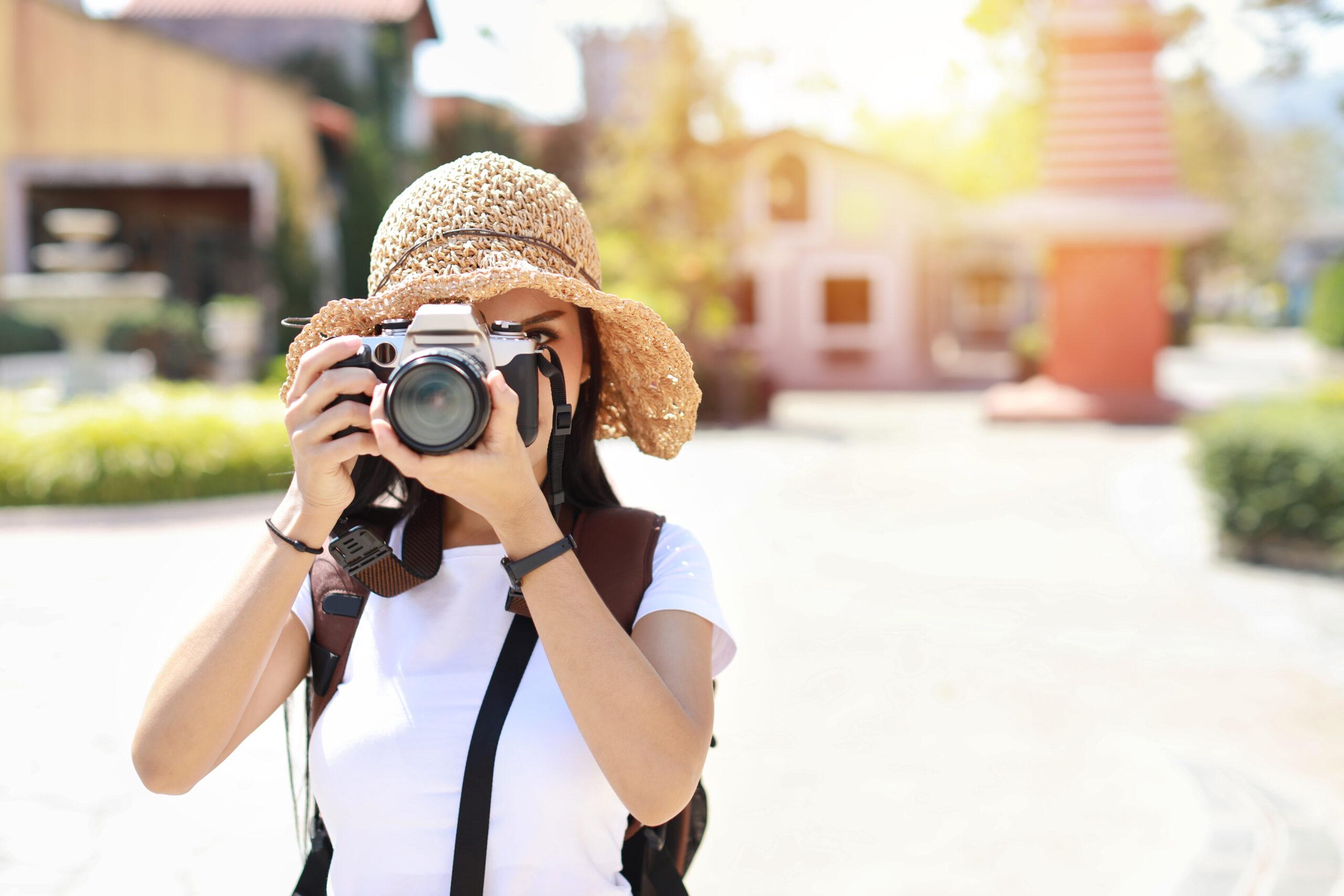 Fotógrafa tomando fotos en la calle